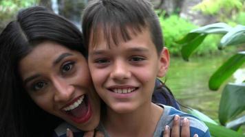 mãe solteira beija filho adolescente video