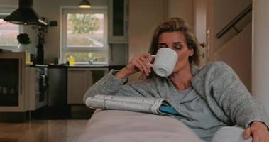 dona de casa fazendo uma pausa relaxante video