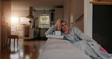 dona de casa relaxando em casa video