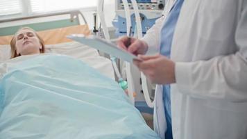 Arzt untersucht bewusstlosen Patienten