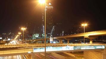 Kreuzung mit starkem Verkehr in Dubai