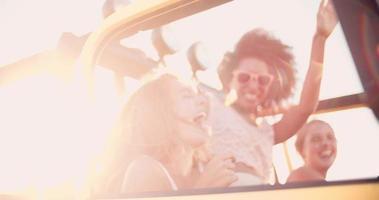 garota afro rindo com amigos em uma viagem