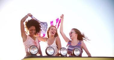 ragazza afro battenti una bandiera americana con gli amici video