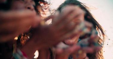 adolescentes soprando confete em câmera lenta