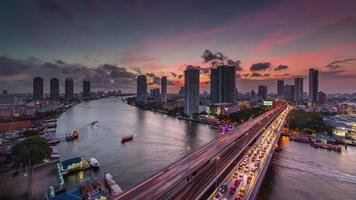 Tailandia Bangkok Chao Phraya River Bridge tráfico puesta de sol panorama 4k lapso de tiempo