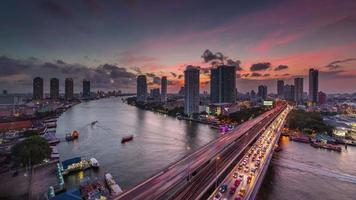 Thaïlande bangkok chao phraya rivière pont trafic coucher de soleil panorama 4k time lapse video