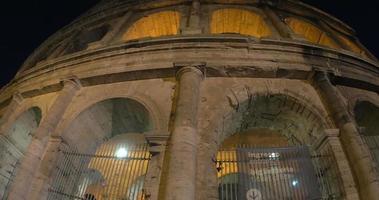 vista nocturna del coliseo mundialmente famoso