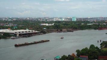 Schuss Spur des Containerschiffs im Fluss