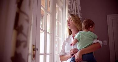 traurige Mutter mit ihrem kleinen Jungen zu Hause