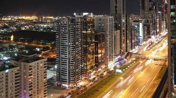 Dachansicht 4k Zeitraffer auf der Hauptlichtstraße in Dubai