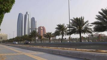 Emiratos Árabes Unidos luz del atardecer hora del día abu dhabi beay traffic road 4k