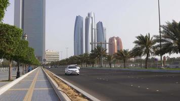 Emiratos Árabes Unidos abu dhabi day light bay traffic road 4k