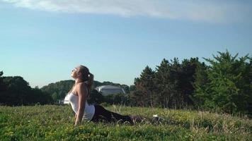 Mädchen, das Stretchübung im Park macht