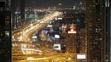 Dachansicht 4k Zeitraffer auf der Hauptstraße in Dubai VAE