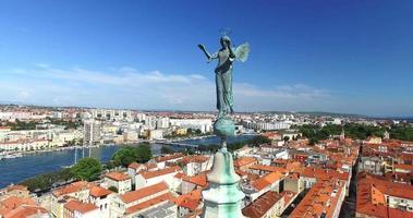 angelo in cima alla torre della cattedrale di st. anastasia a zara, croazia video