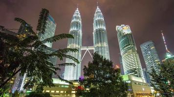 malásia night light klcc park petronas twin towers suria mall panorama 4k time lapse