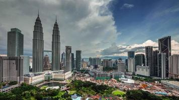 bloco de consrução de Kuala Lumpur perto de torres famosas 4k time lapse
