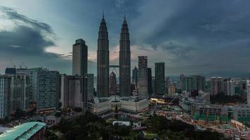 hermosas torres del cielo bloquean el lapso de tiempo de 4 k de kuala lumpur, malasia