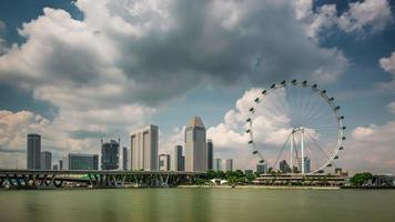 giorno nuvoloso luce famoso singapore flyer 4k lasso di tempo