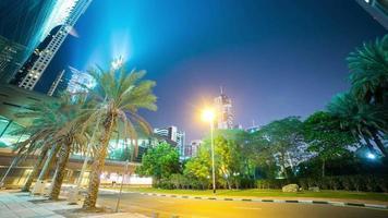 lapso noturno da palmeira verde do centro de dubai