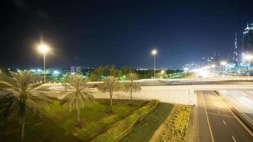 Lasso di tempo di 4 k di incroci ad alto traffico nella città di Dubai video