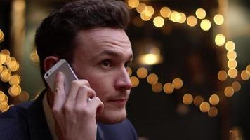 uomo d'affari che fa telefonata lontano dall'ufficio girato su r3d