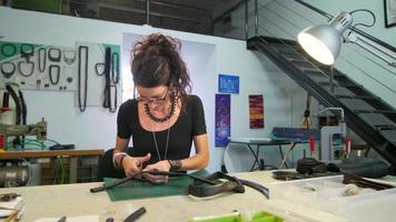 joven fabricante de joyas ecológicas creando obras de arte en su atelier video