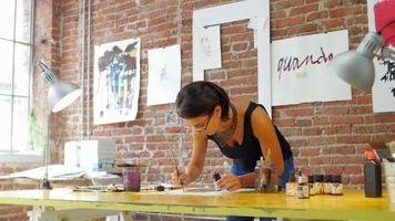 joven artista creando obras de arte en su atelier