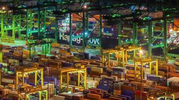 cerrar luz nocturna del puerto de Singapur trabajando 4k lapso de tiempo