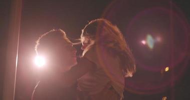 junges Paar bei einem Date in der Nacht auf der Stadtstraße