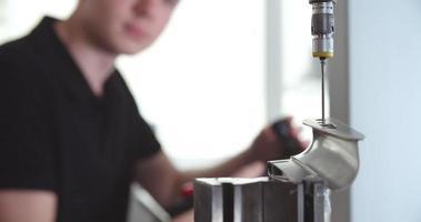 Ingeniero masculino con sistema CAD para trabajar en componentes video