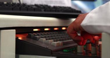giovane studente di scienze digitando sulla tastiera