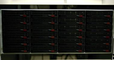 luzes azuis piscando nos servidores