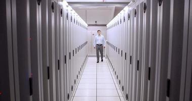 technicien marchant dans le couloir du serveur video
