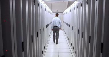 técnico caminhando no corredor do servidor video