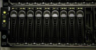 luzes verdes piscando nos servidores