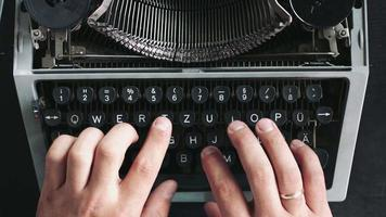 escritor digitando com máquina de escrever retrô.