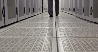 técnico de dados caminhando pelo vestiário