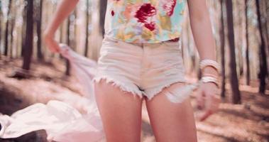 colpo di boho moda estiva di una ragazza in una foresta