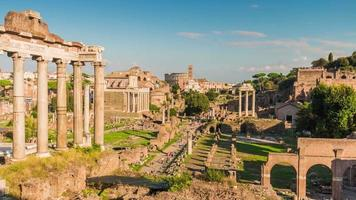 Italia giornata di sole Roma città foro romano Tempio di Saturno panorama 4K lasso di tempo