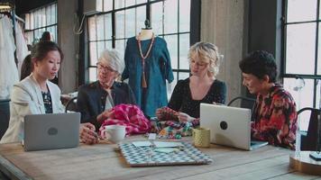 Vier Modedesigner diskutieren über Kleidungsstücke video