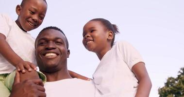 glücklicher Mann, der seine Kinder hält video