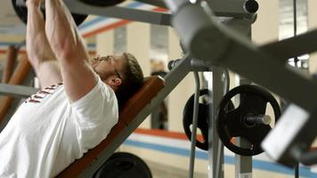 atleta malhando na academia. video
