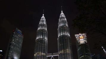 Maleisië nachtlampje beroemde Kuala Lumpur Petronas Twin Towers park panorama video