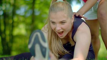 fille faisant des exercices d'étirement en plein air. exercice d'étirement au parc
