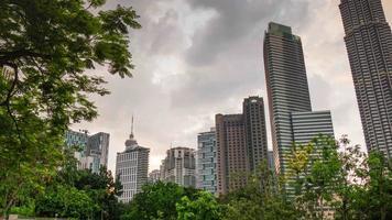 panorama di paesaggio urbano del parco di kuala lumpur klcc della luce del giorno della malesia 4k lasso di tempo
