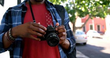 hipster prend une photo avec un appareil photo