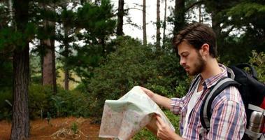 uomo che tiene una mappa video