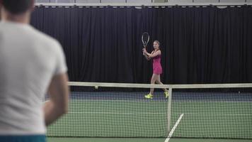 jovem casal jogando tênis