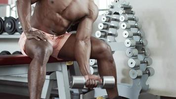 Bizeps Übung mit Hantel im Fitnessstudio